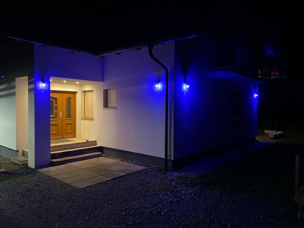 Haus mit Außenbeleuchtung Blau