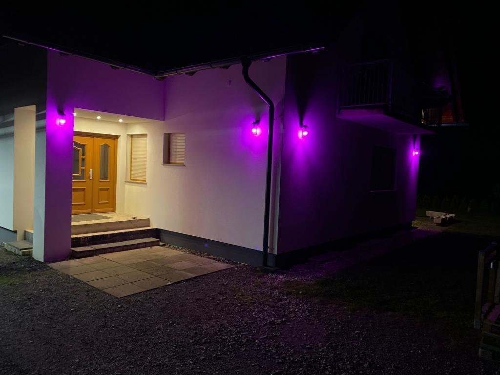 Haus mit Außenbeleuchtung Standard